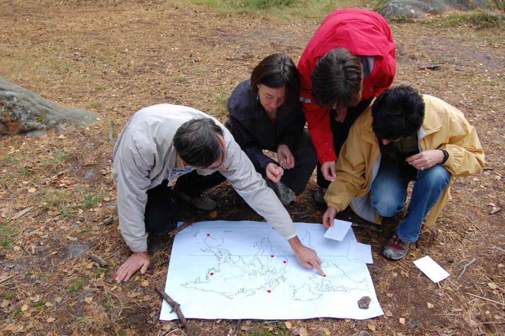 Joueurs sur parcours d'énigmes en forêt