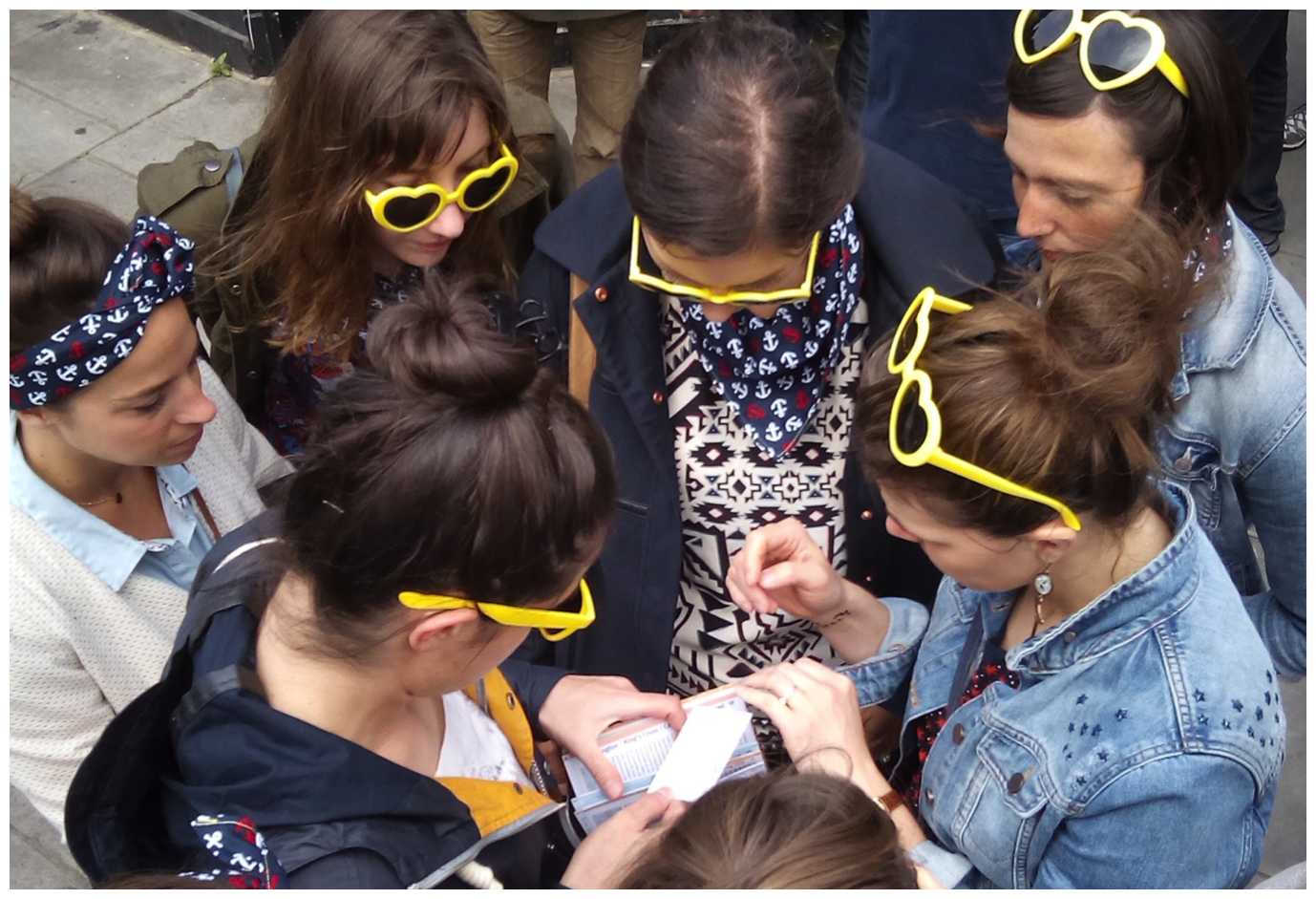 Joueuses sur parcours d'énigmes dans Londres pour un EVJF